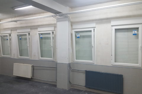 Instalación de ventanas de PVC y puerta de vidrio