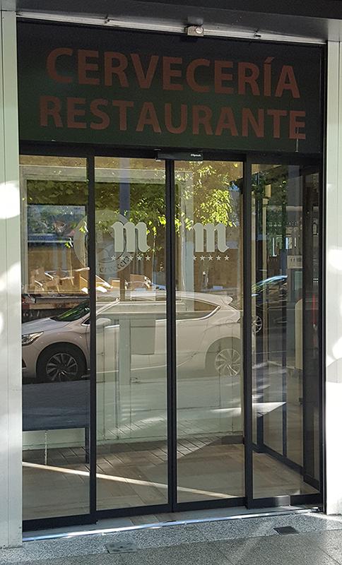 Instalación de puerta automática para restaurante bar en Leganés